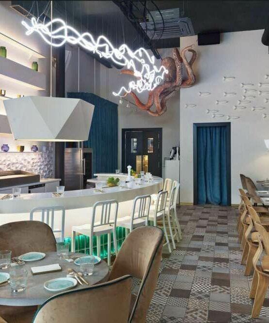 Cevicheria ресторан где установлен диспенсер для ополаскивателя полости рта